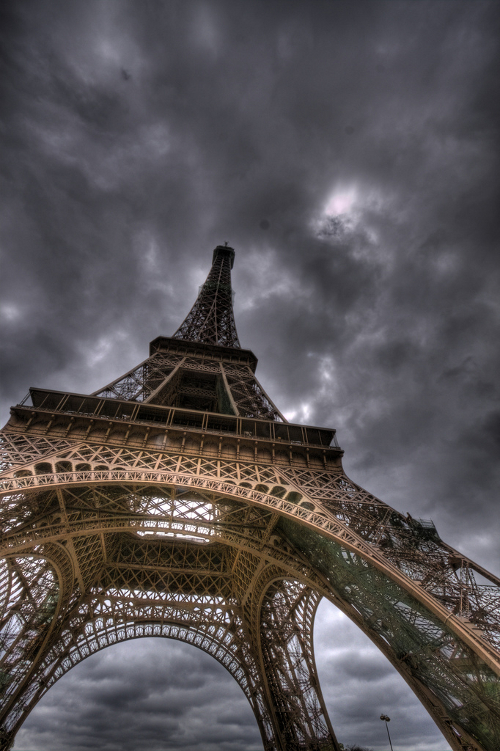 Eiffel Tower: aiming at the sky (photo: bslmmrs)