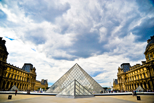 Louvre pyramids and clouds (photo: tibchris)