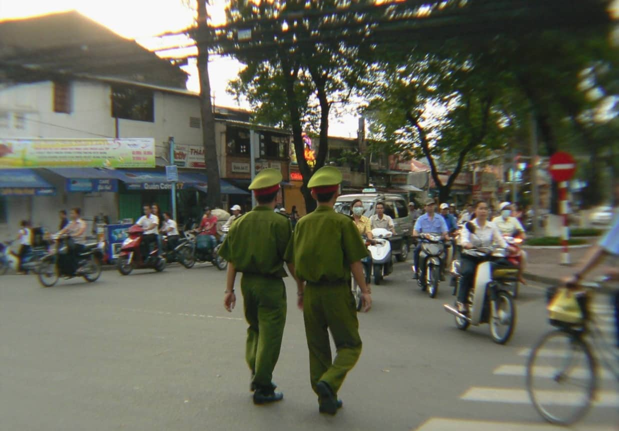 Policiers dans la rue - Saïgon Ho Chi Minh City - Photo by Michelle Carrupt - Creative Commons