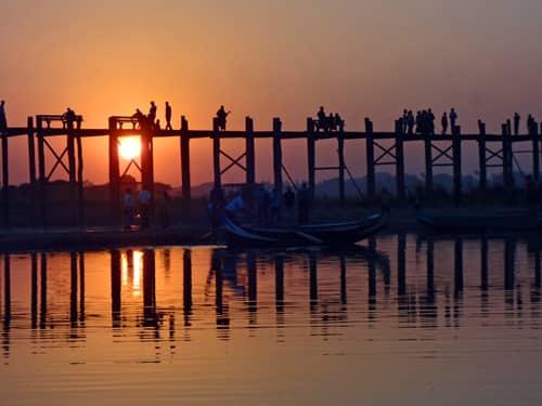 Magie du crépuscule sur le plus long pont en teck du monde (à Mandalay)