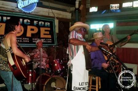 La folle ambiance des soirées dans des clubs de jazz locaux