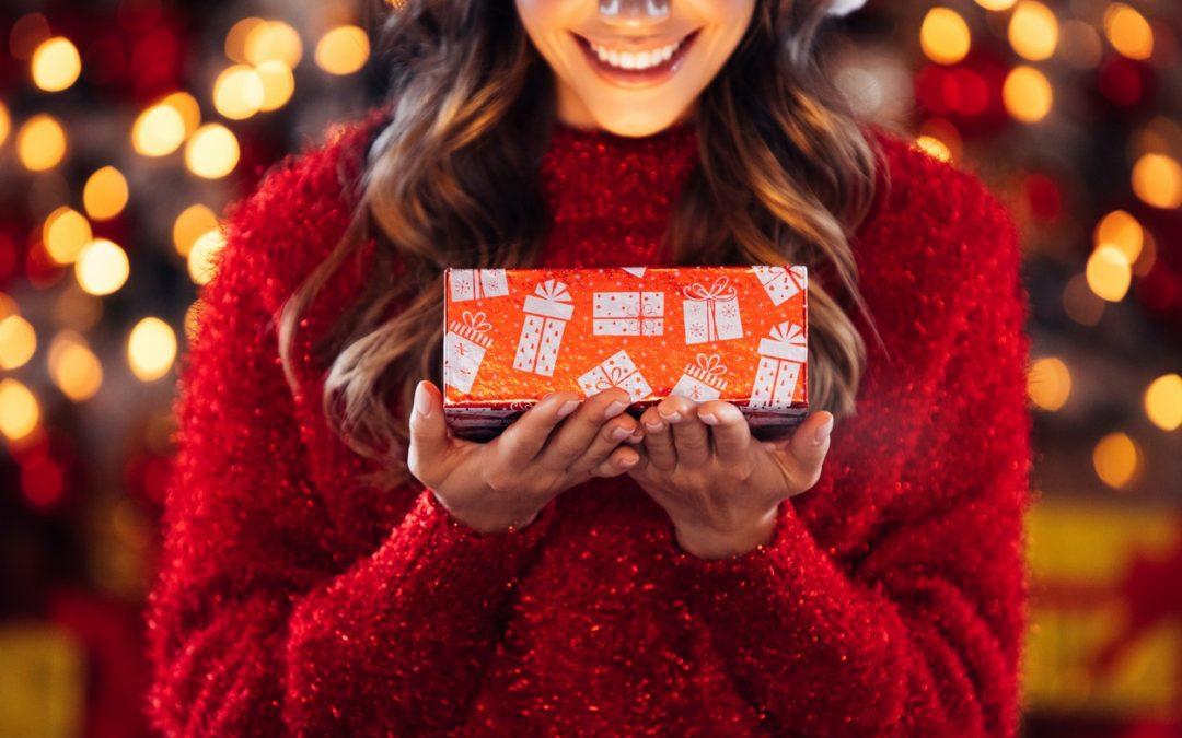 Schweizer wünschen sich Geld und Reisen zu Weihnachten, schenken aber lieber Schoggi