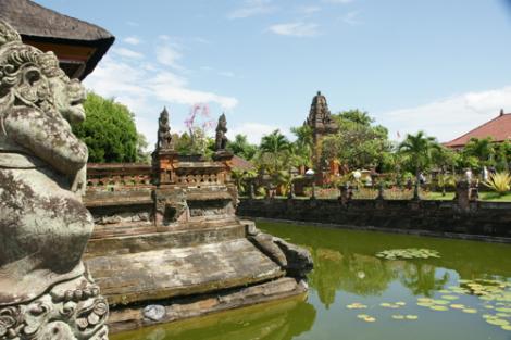 Der Taman Gili, ein von einem Wassergraben umgebener Garten.
