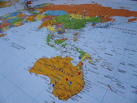F r reiselustige die welt auf einer pinnwand ebookers - Weltkarte mit fotos ...
