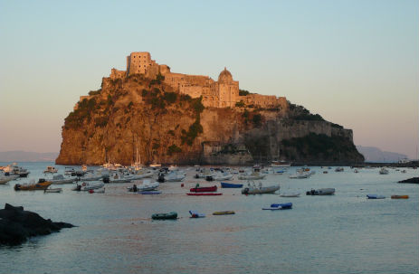 Sicht vom Chalet Primavera auf das Castello Aragonese